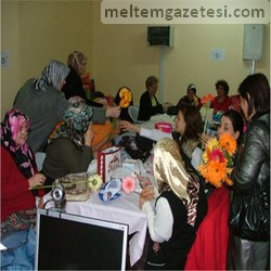 AKP'li bayanlardan çiçekli kutlama