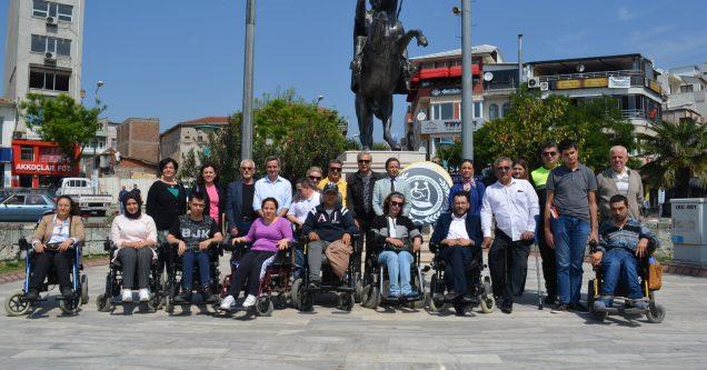 Engellilerden Atatürk Anıtı'na çelenk
