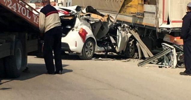 Otomobil park halindeki TIR'ın altına girdi