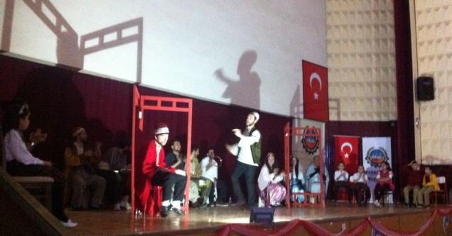 Tiyatronun coşkusu Karacabey'i de sardı