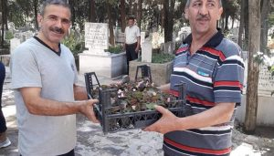 Mezarlık ziyaretçilerine  ücretsiz fidan ve çiçek