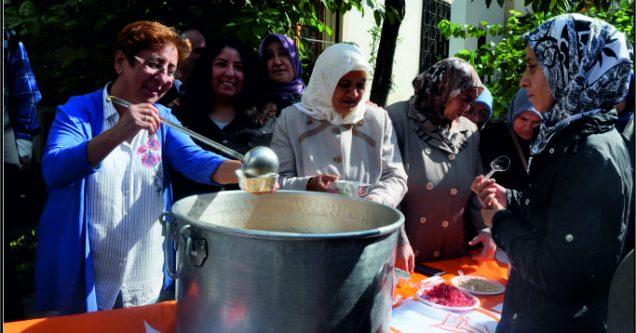 AK Kadınlar'dan aşure ikramı