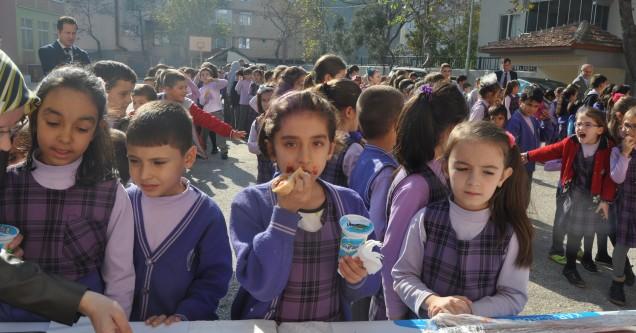 Öğrenciler, salçalı ekmekle sağlıklı besleniyor