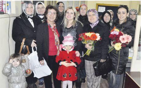 AKP'li bayanlardan karanfilli kutlama!