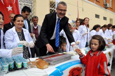 Belediyeden  öğrencilere  'Salçalı  ekmek'  ikramı