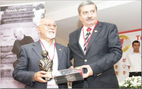 """İbrahim Bursalı """"Yılın Gazetecisi"""" ödülünü aldı!"""