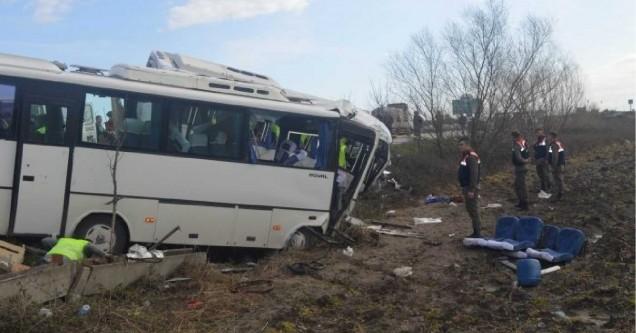 Öğrenci ve işçi servisi çarpıştı: 2 ölü, 35 yaralı