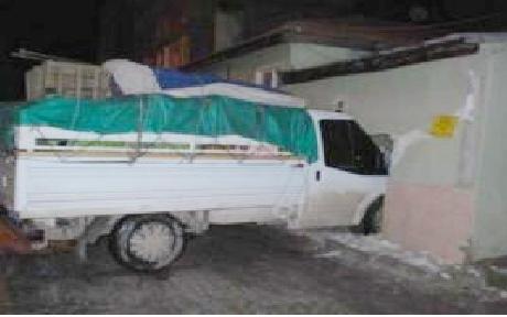 Mustafakemalpaşa'da kamyon eve girdi