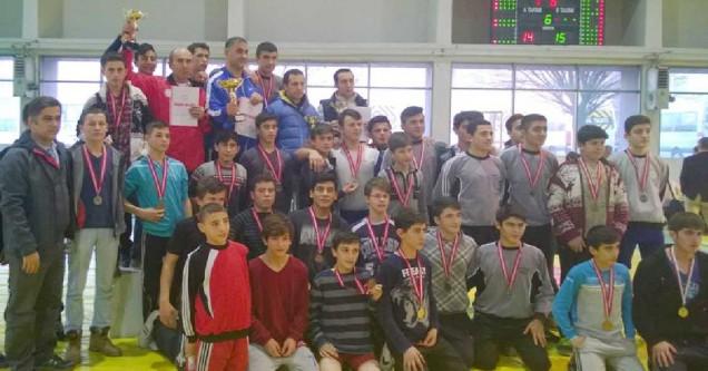 Güreşçilerden 3 kupa, 40 madalya