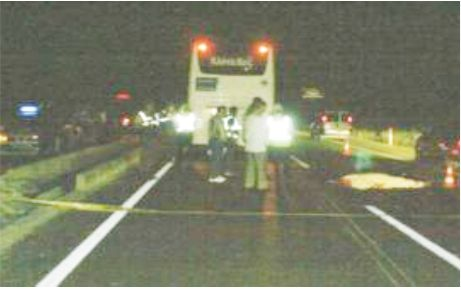 Yolcu otobüsünün altında kaldı