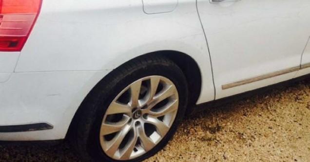 Seyyar satıcı zabıta şefinin aracının lastiklerini patlattı
